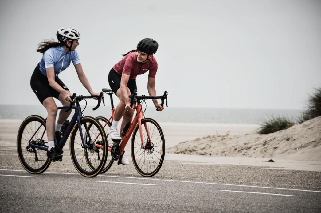 2 femmes en vélo de route
