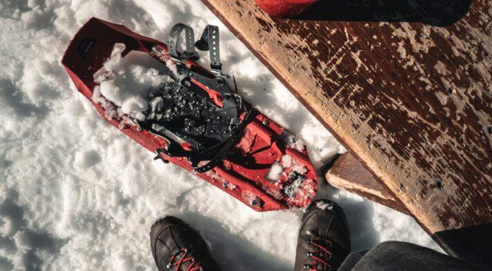 Raquette rouge sur la neige
