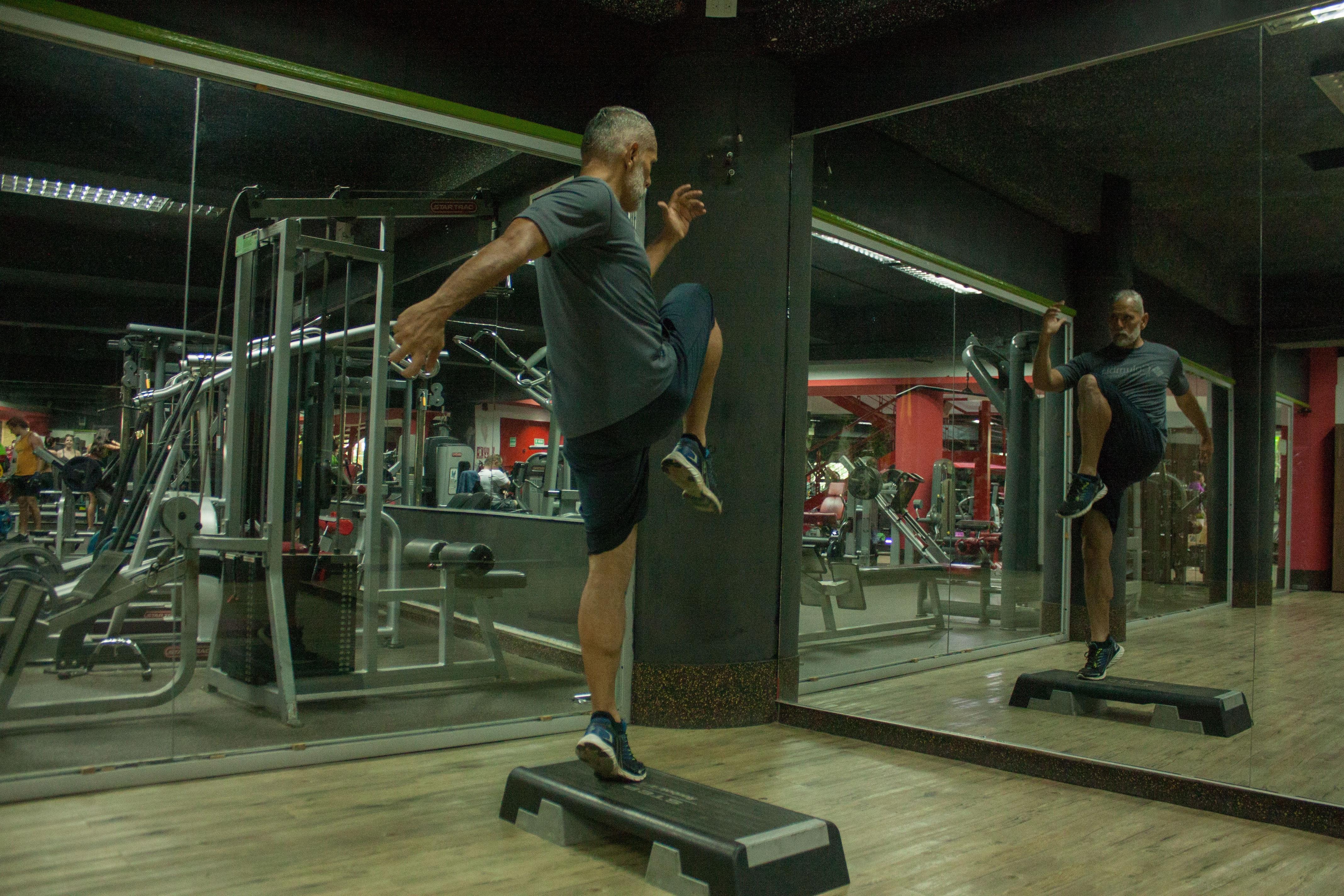 Homme qui s'entraîne dans un gym